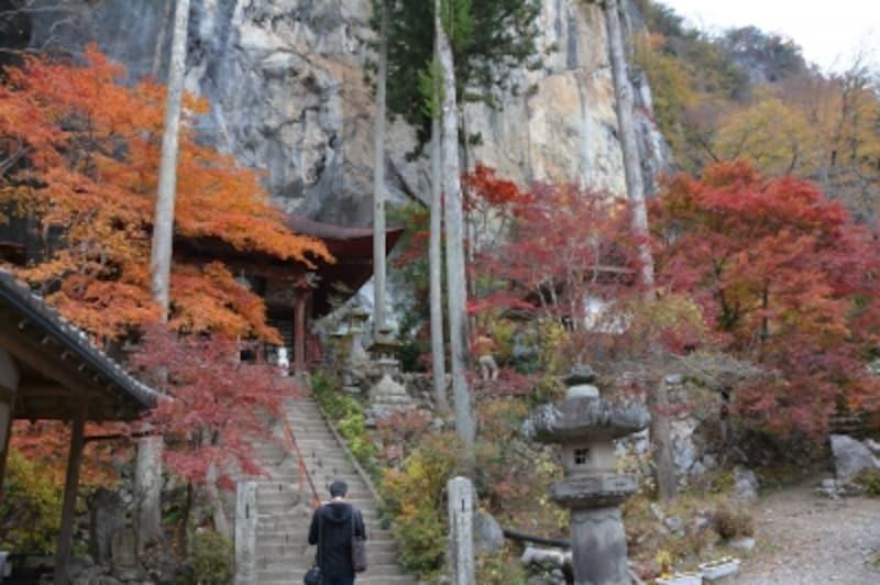 紅葉に彩られる石龍山橋立堂