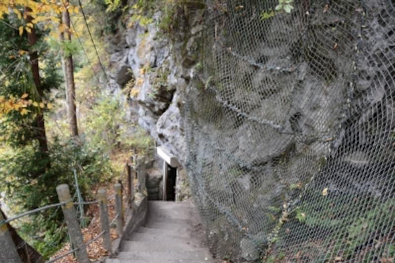 岩の中に潜り込む橋立鍾乳洞の入口