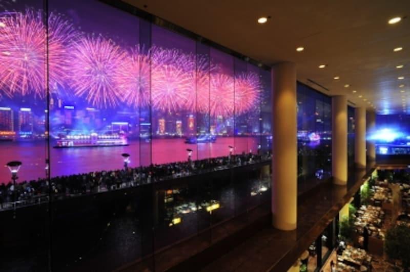 インターコンチネンタル香港のロビーラウンジ。これほど完璧なアングルで花火を見られるホテルははかなかありません