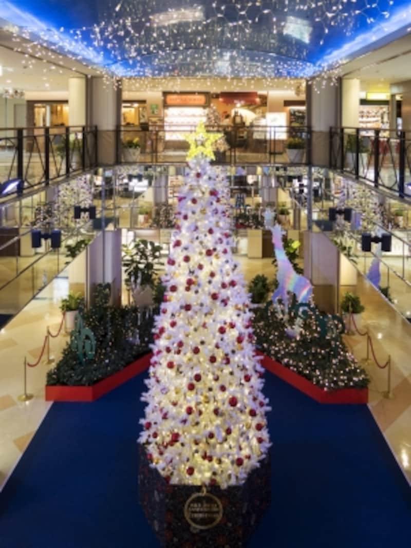 10階中央広場のツリー。きらめくアニマルライトが輝くファンタスティックな「SKYZOOLAND」が展開(2016年11月25日撮影)