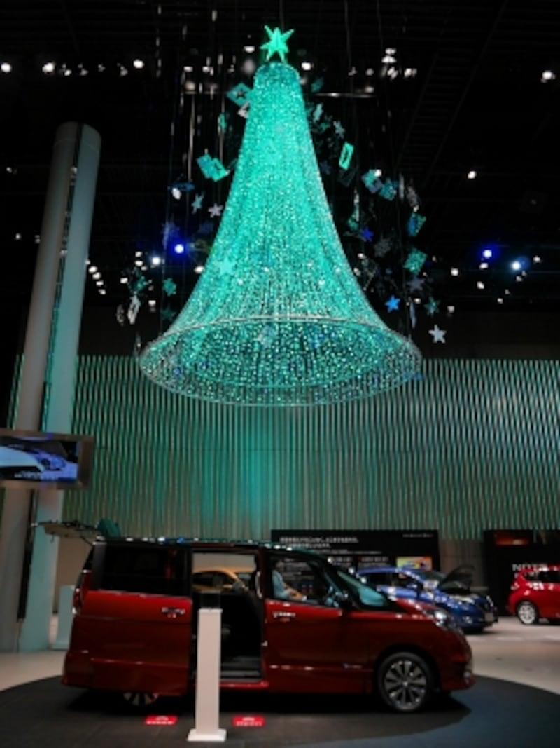 展示車とともに日産オリジナルクリスマスツリーをご覧あれ。カラフルに変化するようすが楽しめます(2016年11月26日撮影)