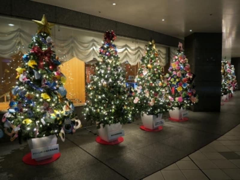 かわいらしいクリスマスツリーが並ぶ「ハートフルツリーフェスタ」(2016年11月25日撮影)