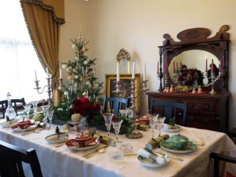 横浜市イギリス館のクリスマス装飾のテーマは「ヴィクトリアンスタイル」。家族や友人たちとクリスマスを祝う、華やかなテーブルセッティング(2016年12月2日撮影)