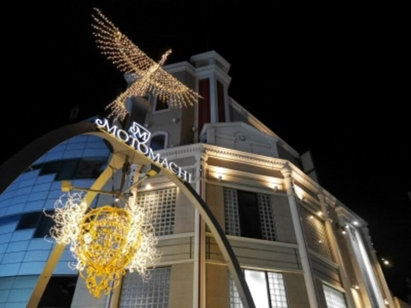 元町ショッピングストリート両端にあるフェニックスアーチもゴールドに煌めきます(2016年11月7日撮影)