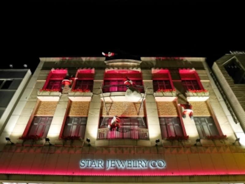 毎年恒例、壁をよじのぼるサンタクロースがかわいい「スタージュエリー元町本店」のクリスマスディスプレイ(2016年11月7日撮影)