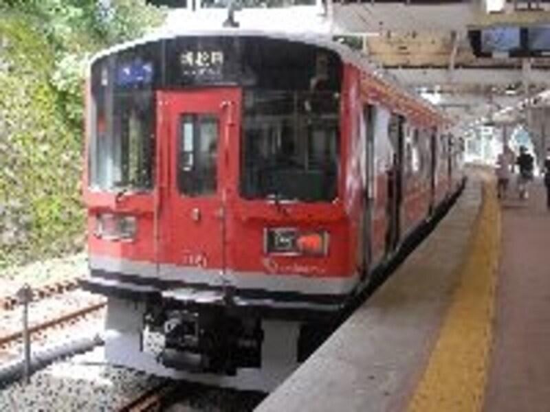 箱根湯本へやってくる小田急の各停は登山電車と似た塗装だ