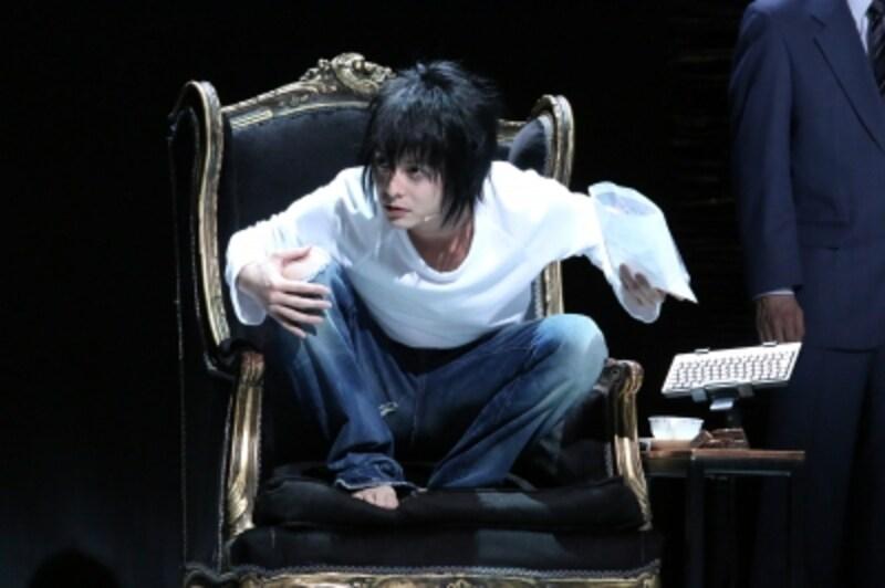 『デスノート』初演より(写真提供:ホリプロ)。17年9月の再演では再びL役を演じる予定。