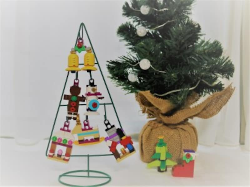 レゴ(R)で作ったクリスマスオーナメントを吊ったクリスマスツリー