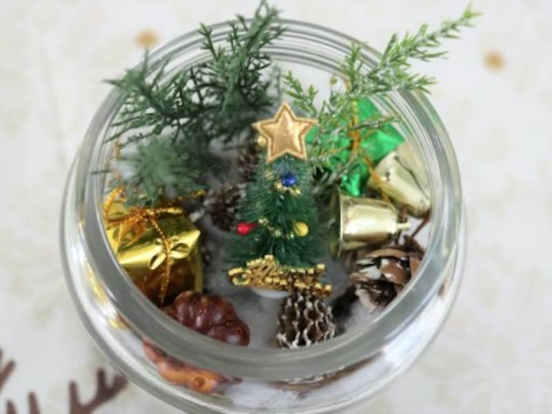 容器の底に土台を入れたら造花や飾りを入れていきます。