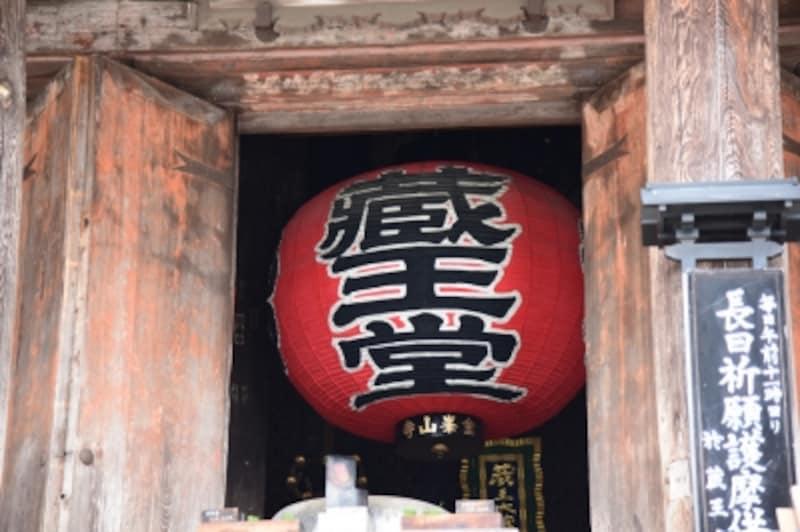 金峯山寺の本堂「蔵王堂」の大きな提灯