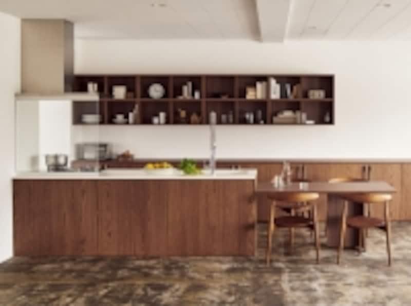 undefinedキッチンとダイニングテーブルをつなげ、家具のような収納を設けたキッチン。undefined[リシェルPLAT]