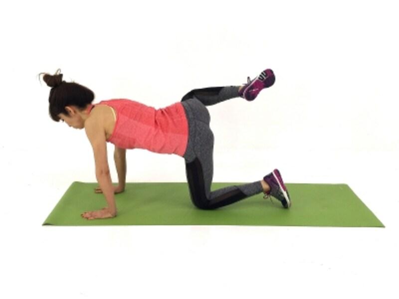 腰周りスッキリ・ピーチヒップエクサ2undefined右膝を真横に引き上げます。