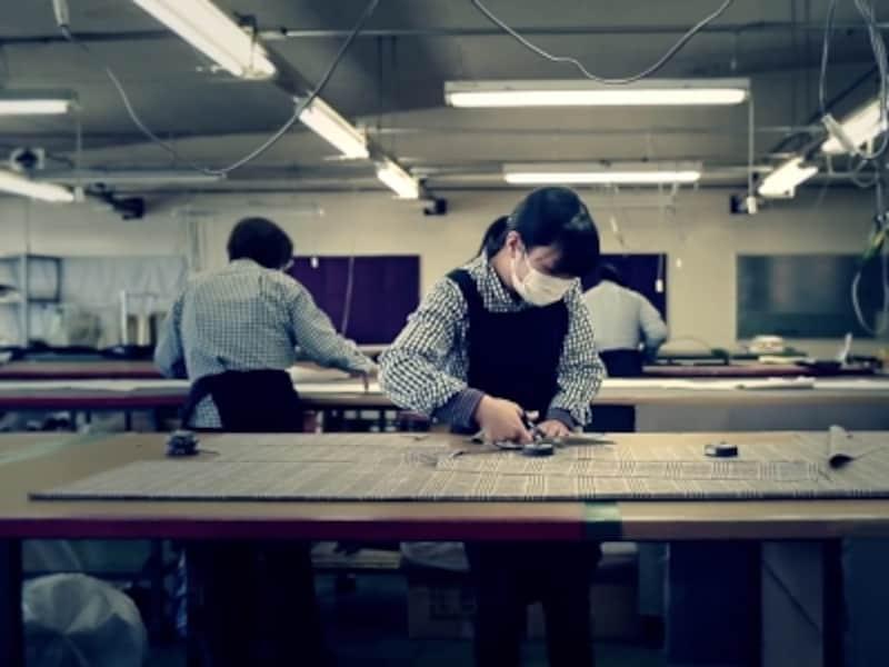 自社工場では熟練の職人が腕を振るう。スーツは1日約450着、年間では13万着を手がける