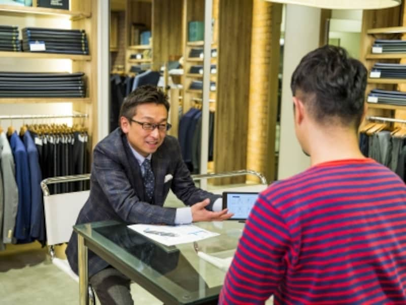 デザインやスタイルなどはタブレットで型見本を見ながら確認。スーツの知識がなくとも、丁寧に説明してくれるのでわかりやすい
