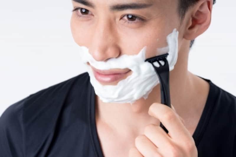ヒゲ剃り後のケアを怠ると乾燥肌を招くし、大人ニキビの原因にもなる
