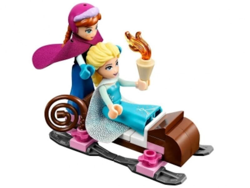 エルサとアナをそりに乗せることも!