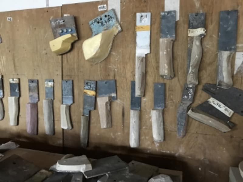 ろくろ作業時に、器を形作るための道具(木の部分で形を作る)がずらり。