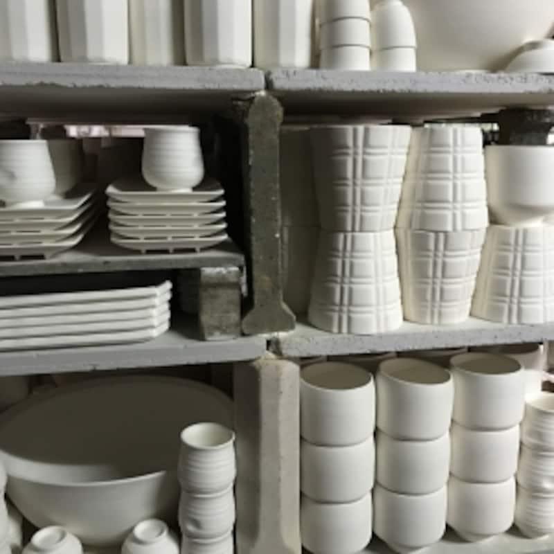 これから窯に詰め込まれる器。きっちり隙間なく詰め込むよう、パズルのように整然と積み上げられている。