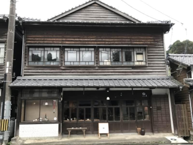 有田のメインストリート沿いに店がある。