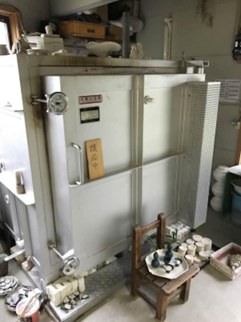 店の奥に工房がある。窯は三日に一度は焚いている。