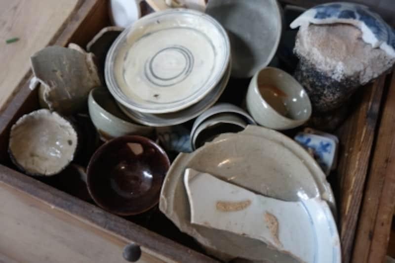 山本さんが譲り受けたり、工房の庭から出て来た陶片。これを見て素材や形を研究する。