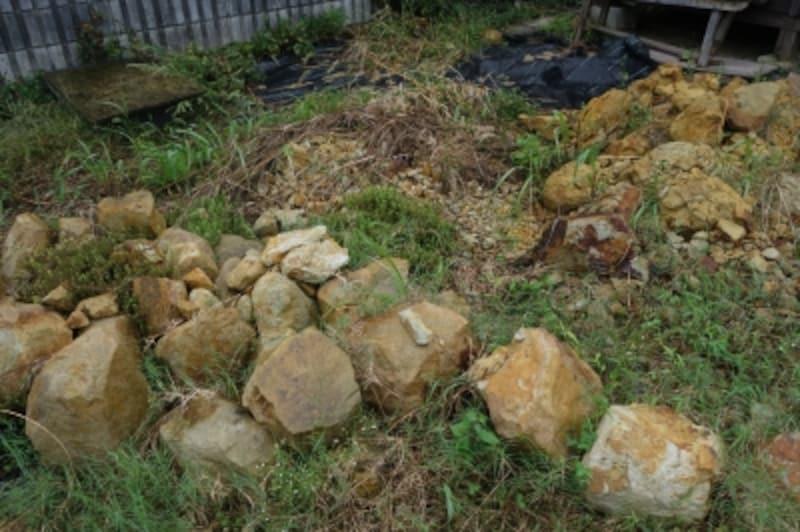 庭には原料となる石もごろごろ。これも山本さんが昔の人の気持ちに添ってあちこちで探してきたもの。石を細かく砕くところから作業が始まる。