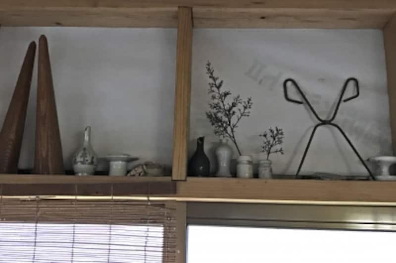工房の一角に自分の好きな陶片や古物を飾っている。左端は古伊万里の油つぼ。