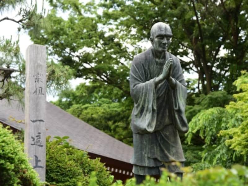 遊行寺境内の一遍上人の像