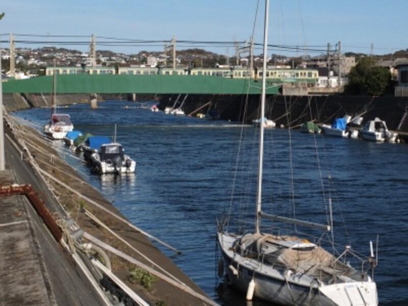 鵠沼鉄橋を渡る江ノ電