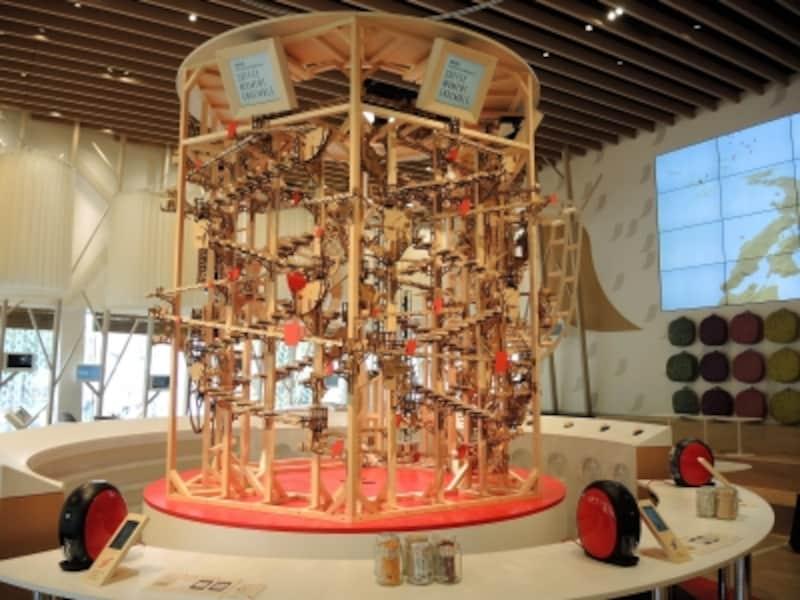 原宿に巨大な木製ピタゴラ楽器が出現