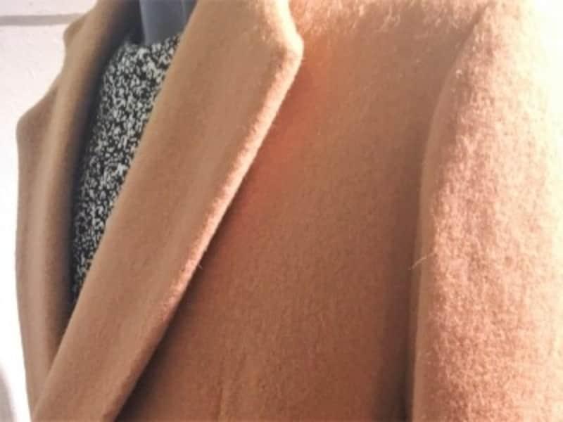 ピタッとしたチェスターコート。ニットをインナーに合わせたアウターコートスタイル