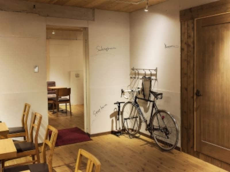 小学校をイメージした空間に手作りの椅子が並ぶ