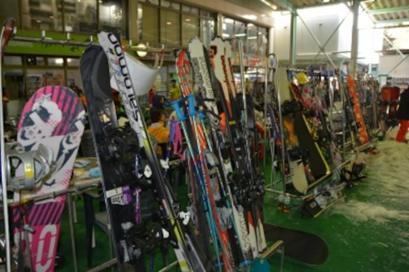 ゲレンデ下部の休憩コーナーのスキー収納用ラック