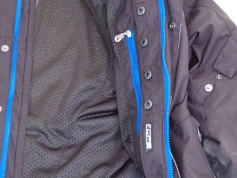 ジャケット側にボタンの受けがついている