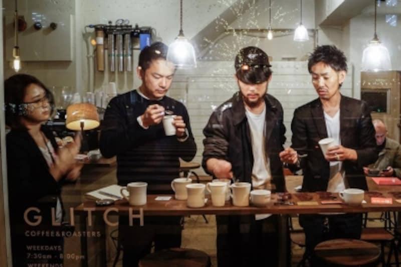 GLITCHの鈴木さん、Minimalの田淵さんを中心に何種類ものチョコレートをペアリングして決定