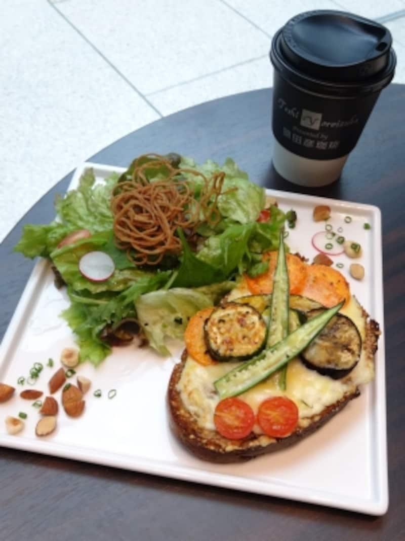 「トシ・ヨロイヅカ東京」1階カフェでいただける「タルティーヌ」レギューム(季節の野菜)(税込1,100円)
