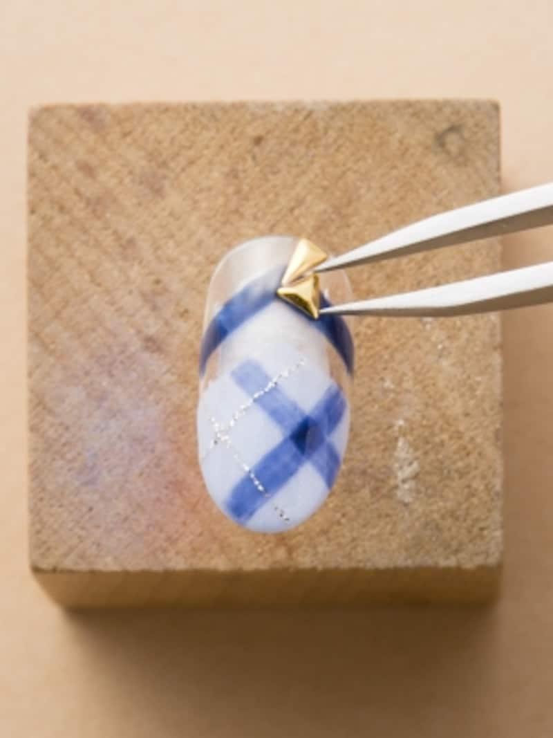 三角パーツを4つ組み合わせてリボン型を作る
