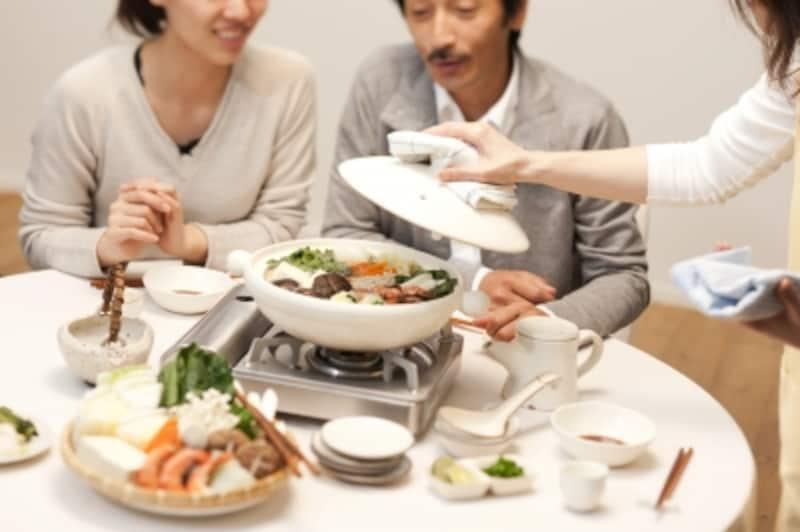 鍋を囲む家族