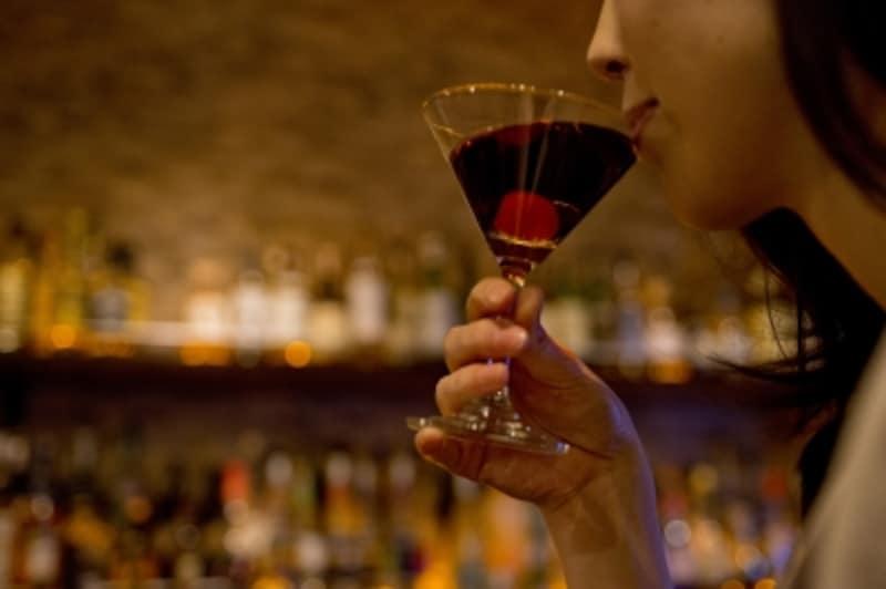 夜デートなら、第三者が会話を盛り上げてくれるバーやショーパブも意外とおすすめ。