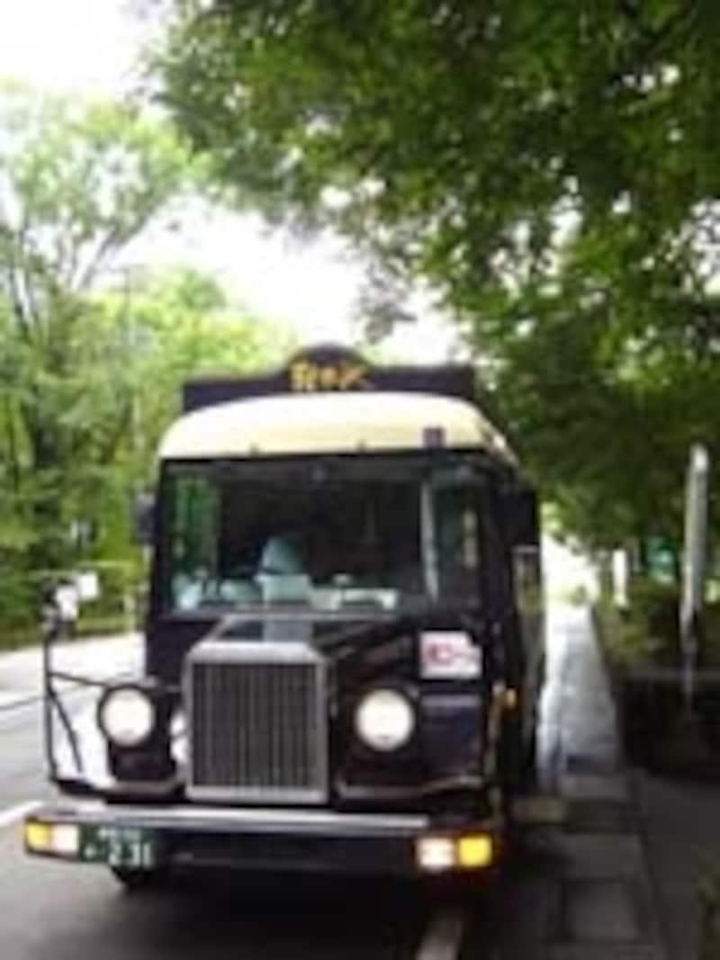 クラシカルな車体が目印。軽井沢美術館・観光循環バス