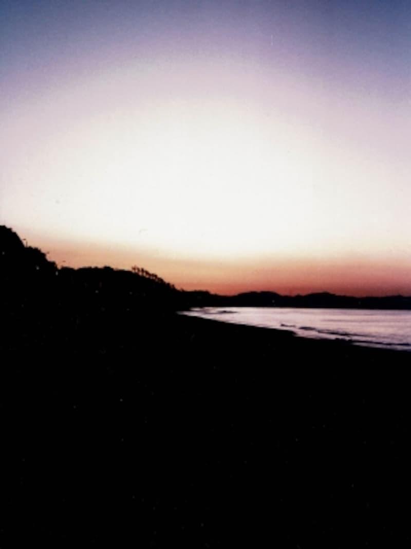 早めに到着して、日のを待つのも楽しみ(鎌倉高校前駅前の浜辺にて)