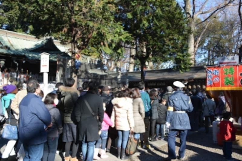 手水舎から見る調神社拝殿