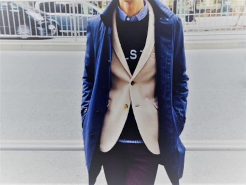 カジュアルジャケットの上にコートを合わせた「オーバーコート」の事例。