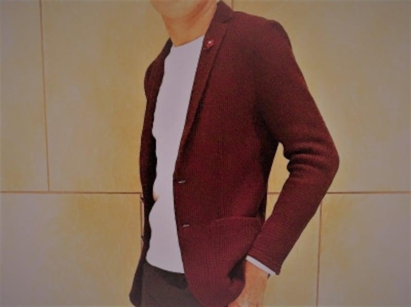 ニット織りのカジュアルジャケット!ワインレッドのジャケットも柔らかい織りがあることで、キメ過ぎにならない。
