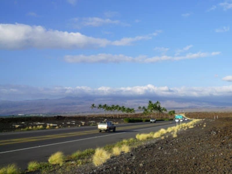 コナ国際空港と豪華リゾートが連なるコハラ・コーストを結ぶ19号線。見渡す限りの溶岩平野