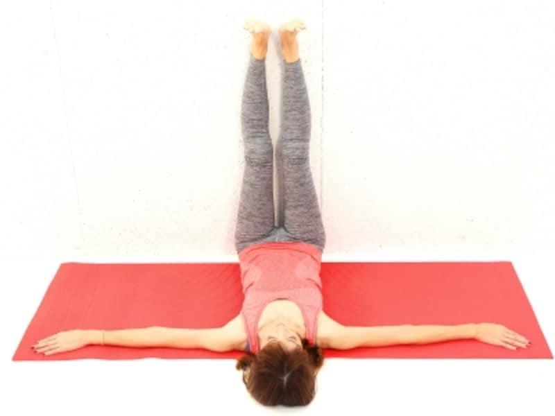 動作1undefined壁に両脚をつけ、天井方向にのばします。