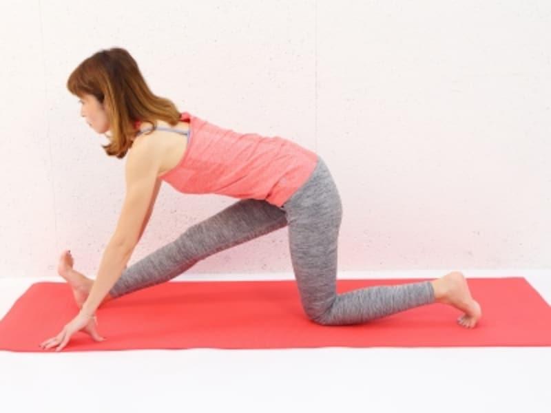 動作1undefined膝を床につけ、右踵を大きく前に出します。脚の付け根から肩まで一直線になるように背骨を伸ばします。