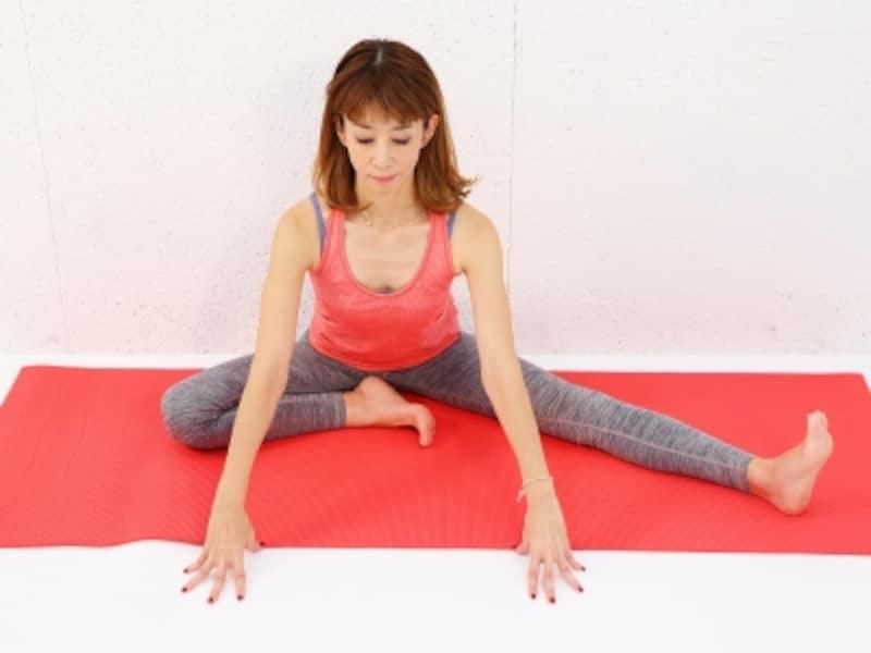 動作2undefined両手を前の床につけ、尾てい骨から首の後ろまでゆっくり伸ばします。左踵も押し出して脚裏を伸ばします。