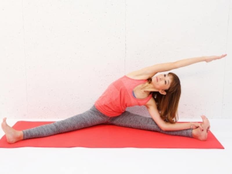 動作1undefined脚を大きく開き、上体を左方向に倒します。右の脇腹をゆっくりストレッチ。