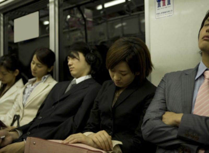 我先に座席に走り込み、1秒で寝落ちする…そんな通勤時間の過ごし方は、他人から見ると残念な女そのものです。